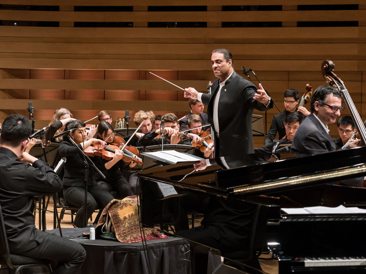 The Royal Conservatory Orchestra conducted by Maestro Zane Dalal. John Patitucci on contrebass. Photo credit: The Royal Conservatory/Koerner Hall; Lisa Salulensky